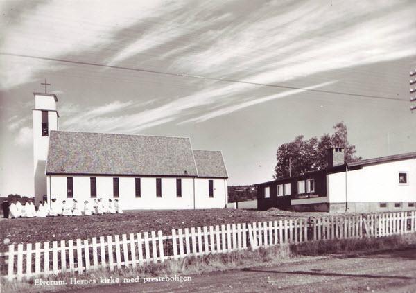 Elverum. Hernes kirke med presteboligen